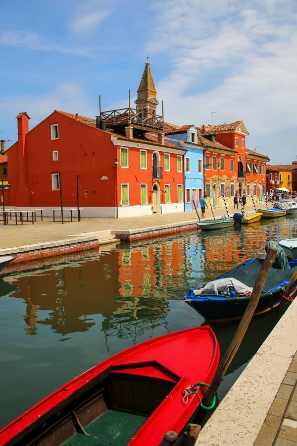 Kolorowi domy kanałem w Burano, Wenecja, Włochy zdjęcie royalty free