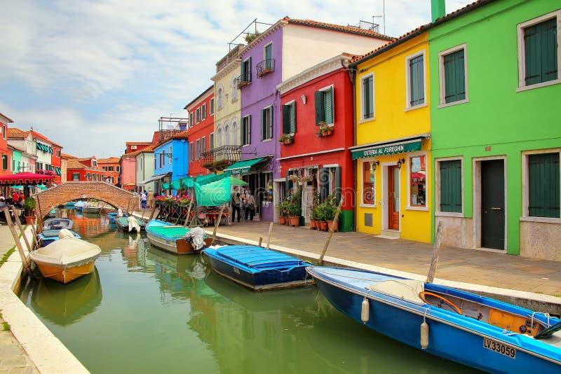Kolorowi domy kanałem w Burano, Wenecja, Włochy fotografia royalty free