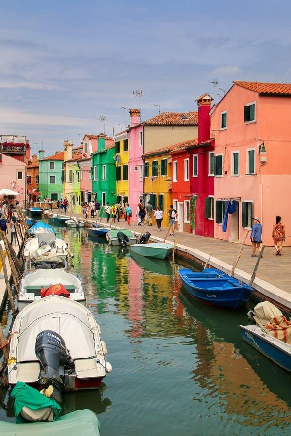 Kolorowi domy kanałem w Burano, Wenecja, Włochy obrazy royalty free