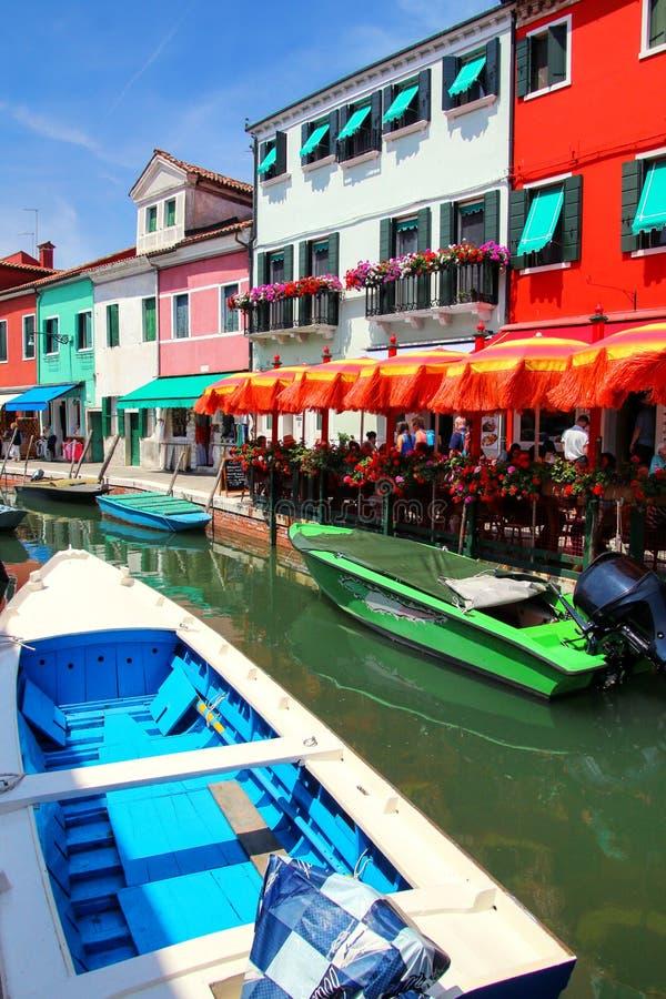 Kolorowi domy kanałem w Burano, Wenecja, Włochy zdjęcia royalty free