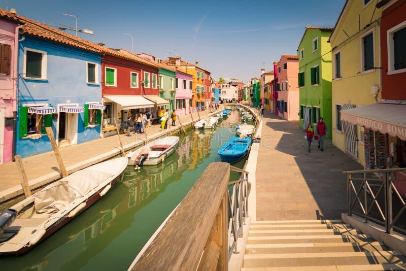 Kolorowi domy kanałem w Burano, Wenecja, Włochy zdjęcie stock