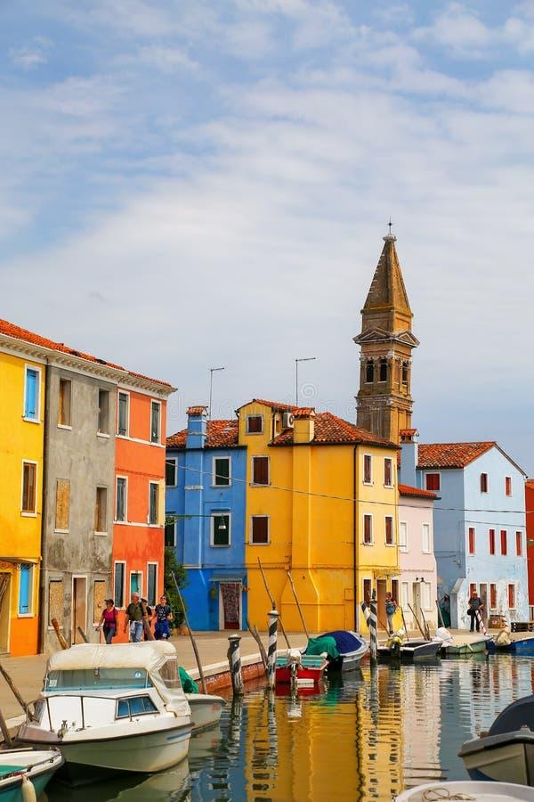 Kolorowi domy kanałem w Burano, Wenecja, Włochy obraz stock