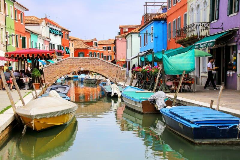 Kolorowi domy kanałem w Burano, Wenecja, Włochy obrazy stock