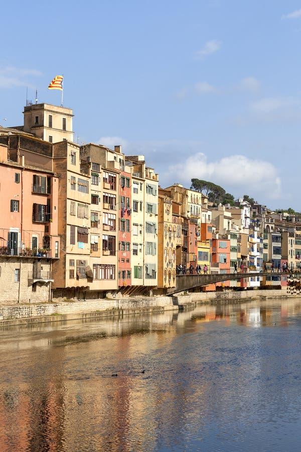 Kolorowi domy na rzecznym Onyar most i Princess, Girona, Hiszpania zdjęcie stock
