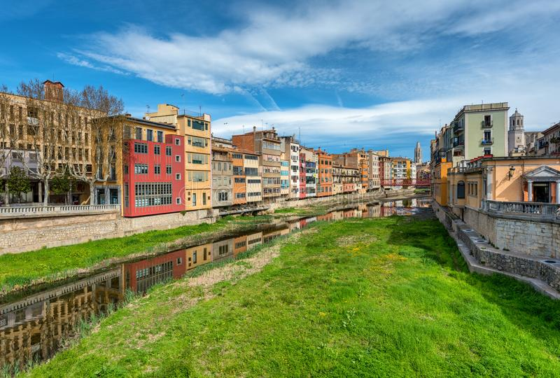 Kolorowi domy Onyar rzeka, Girona, Catalonia, Hiszpania zdjęcie stock