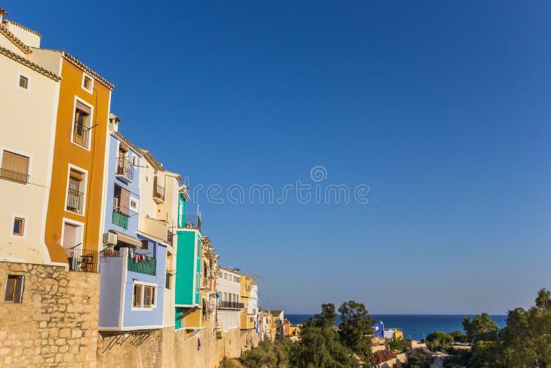 Kolorowi domy przegapia morze w Villajoyosa obrazy royalty free