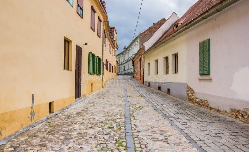 Kolorowi domy przy cobblestoned ulicą w Sibiu fotografia stock