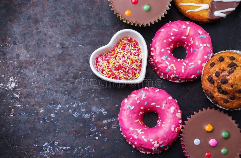 Kolorowi donuts na grunge ośniedziałym stole obraz royalty free