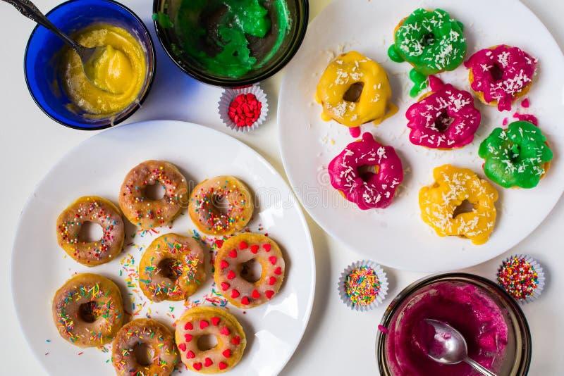 Kolorowi donuts z koloru koksu i glazerunku płatkami zdjęcie royalty free