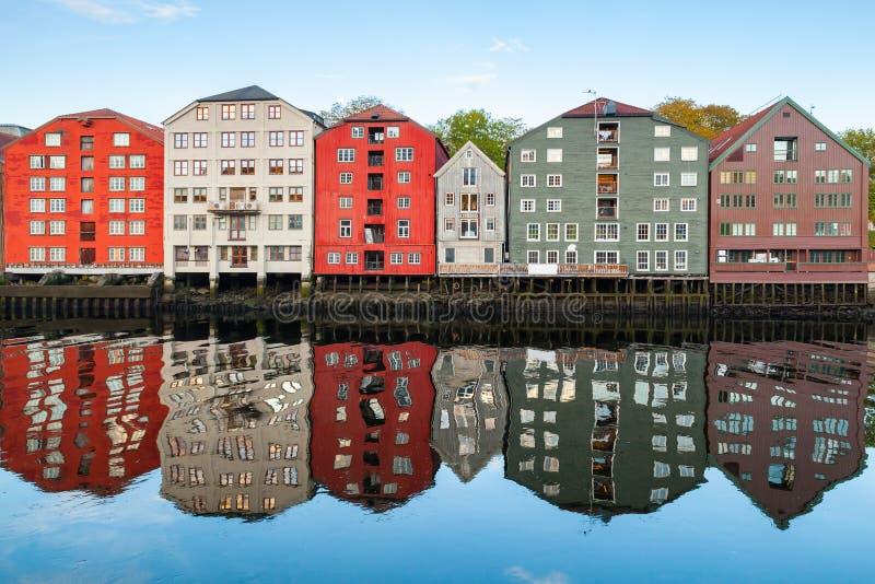 Kolorowi drewniani domy w starym miasteczku Trondheim obrazy stock