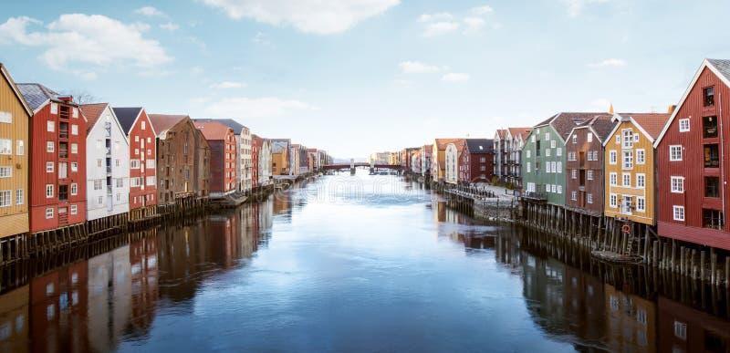 Kolorowi drewniani domy w Trondheim, Norwegia zdjęcia stock
