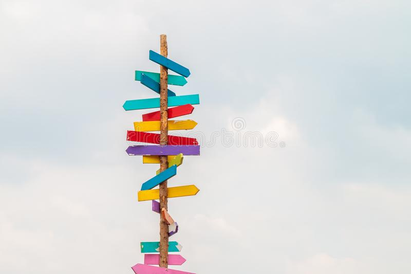 Kolorowi drewniani kierunek strzała znaki fotografia royalty free