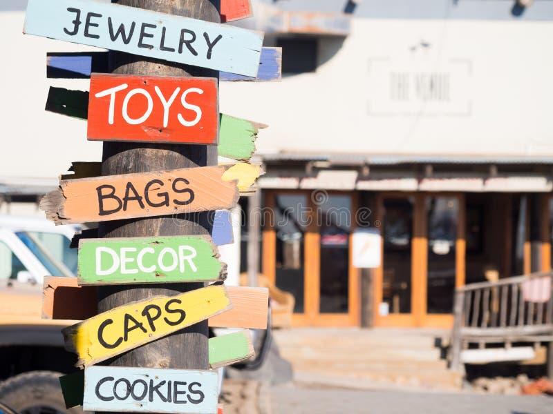 Kolorowi drewniani znaki dla pamiątki prowiantowego sprzedawania bawją się torby, kapelusz zdjęcie stock