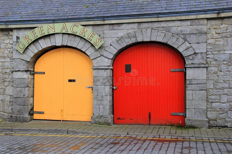 Kolorowi drzwi Zielony akra ser & sklep z kawą, limeryk, Irlandia, Octover, 2014 obraz stock