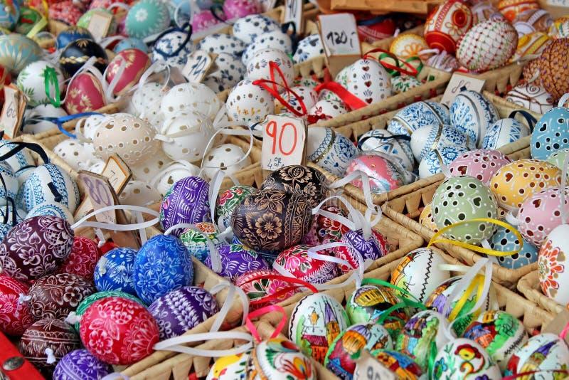 Kolorowi Easter jajka dla sprzedaży Tradycyjny wielkanoc rynek zdjęcie stock