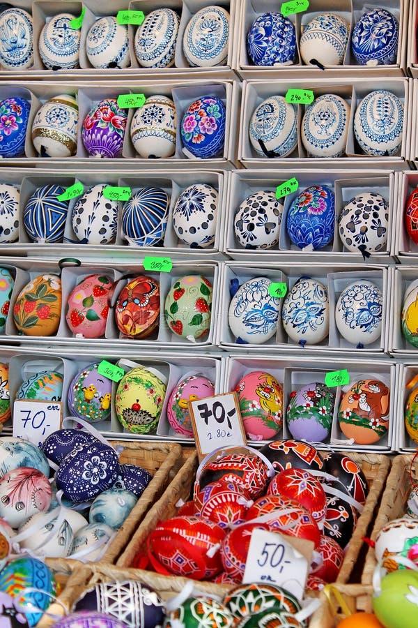 Kolorowi Easter jajka dla sprzedaży Tradycyjny wielkanoc rynek fotografia stock