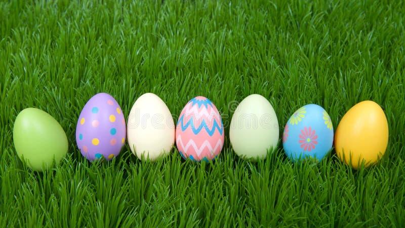 Kolorowi Easter jajka na zielonej trawie z rzędu zdjęcie royalty free