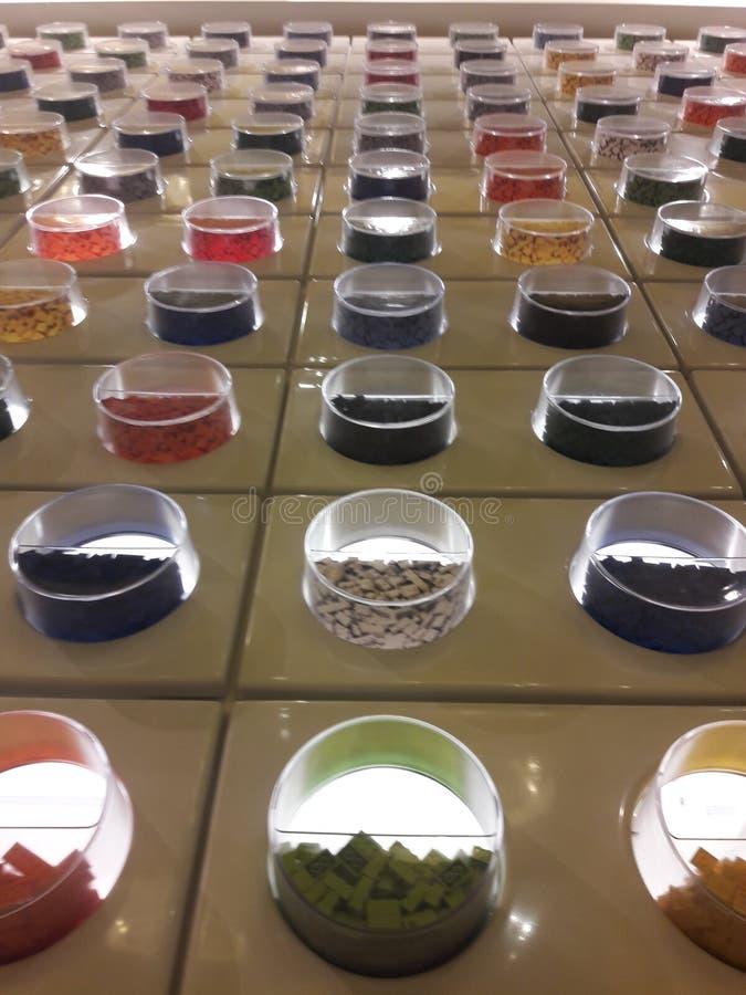 Kolorowi elementy w kółkowych cubbies obraz stock