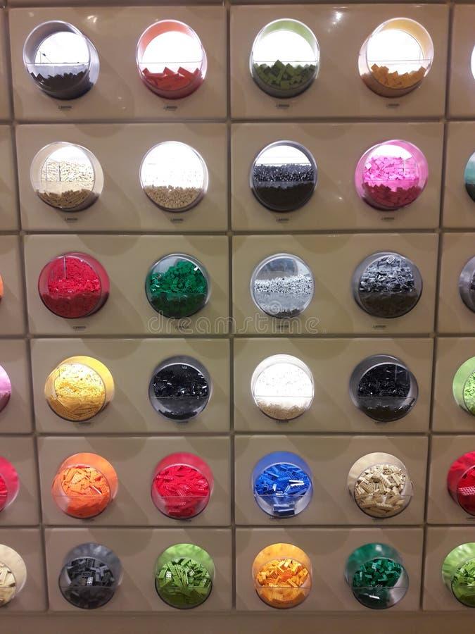 Kolorowi elementy w kółkowych cubbies zdjęcia stock