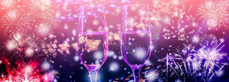 Kolorowi fajerwerki i dwa szkła fizz szampan z bąblami na w górę spada śnieżnego tła ilustracja wektor