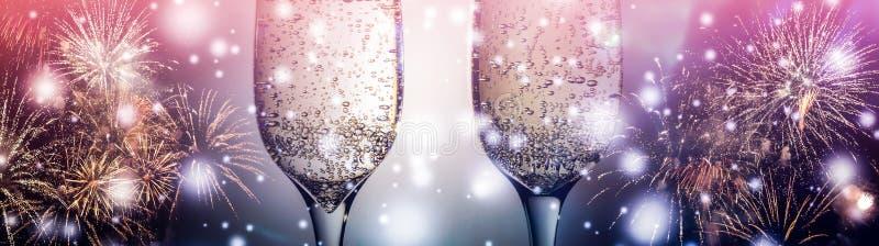 Kolorowi fajerwerki i dwa szkła fizz szampan z bąblami na w górę spada śnieżnego tła ilustracji