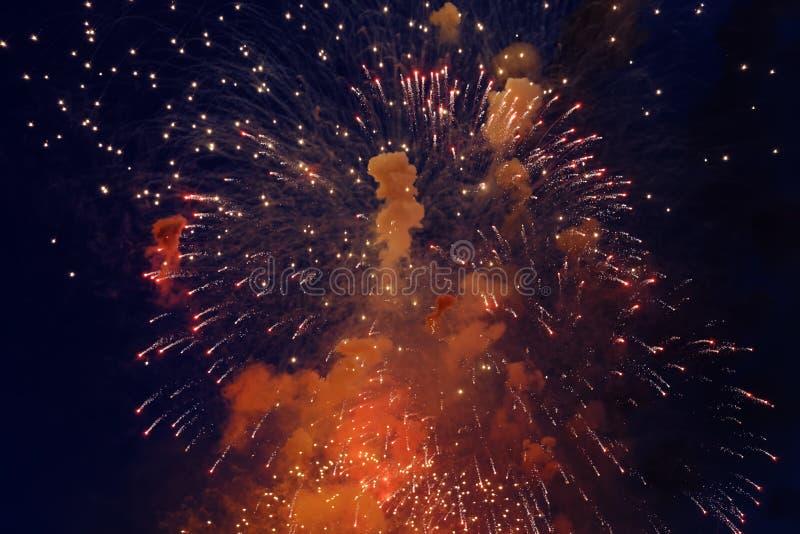 Kolorowi fajerwerki na ciemnym nocnego nieba tle Wakacje światło obrazy royalty free