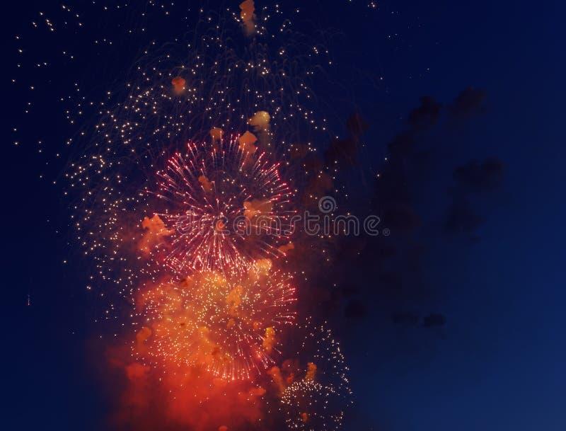 Kolorowi fajerwerki na ciemnym nocnego nieba tle Wakacje światło zdjęcie stock