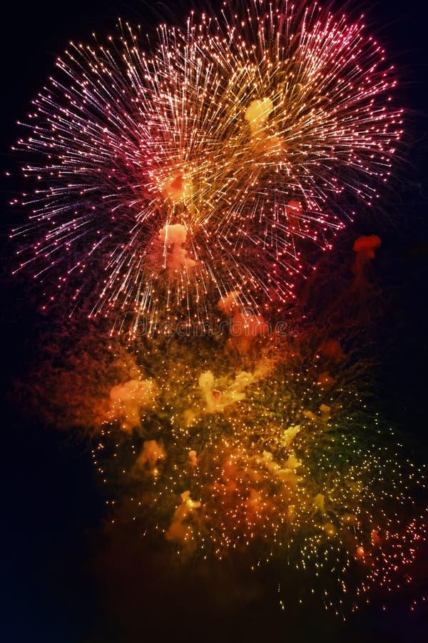Kolorowi fajerwerki na ciemnym nocnego nieba tle Wakacje światło fotografia royalty free