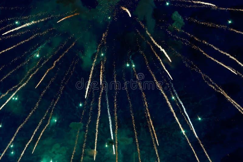 Kolorowi fajerwerki na ciemnym nocnego nieba tle Wakacje światło zdjęcia royalty free