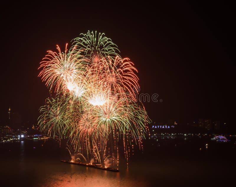 Kolorowi fajerwerki na niebie przy Pattaya plażą, Tajlandia fotografia stock