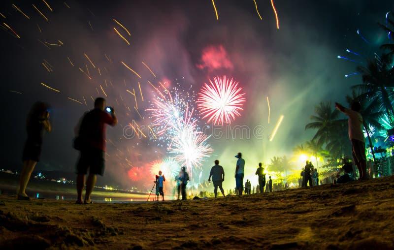 Kolorowi fajerwerki na plaży, nowy rok wigilii ` s świętowanie obrazy royalty free