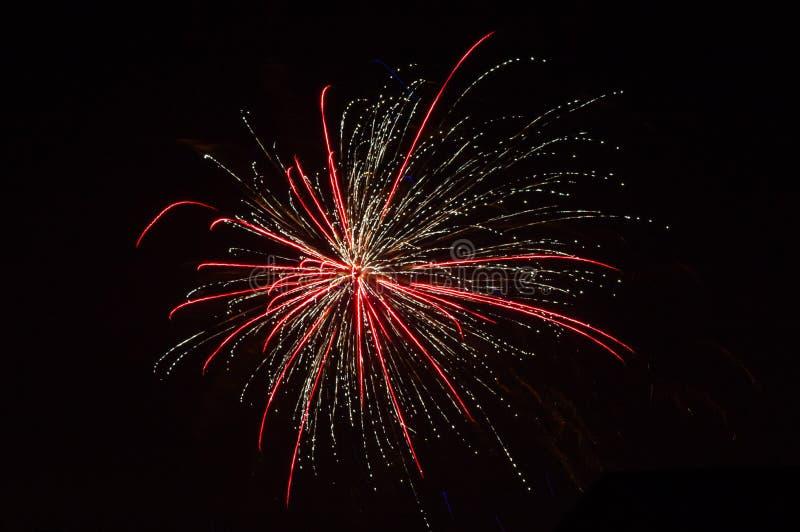 Kolorowi fajerwerki nad ciemnym niebem, wystawiającym podczas świętowanie nowego roku zdjęcia stock