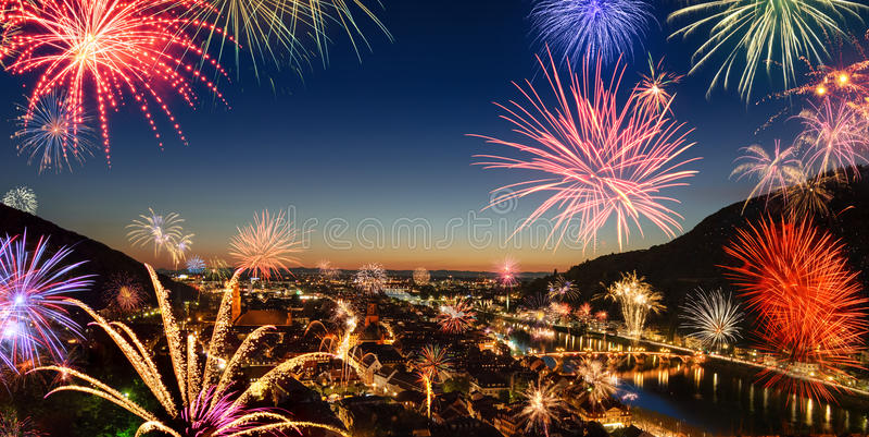 Kolorowi fajerwerki nad miastem obrazy royalty free