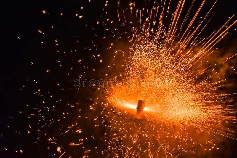 Kolorowi fajerwerki w nocnym niebie abstrakcyjny tło fotografia royalty free