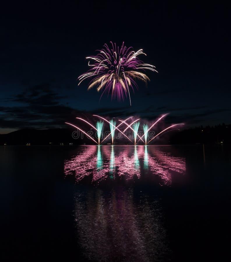Kolorowi fajerwerki z odbiciem na jeziorze fotografia royalty free