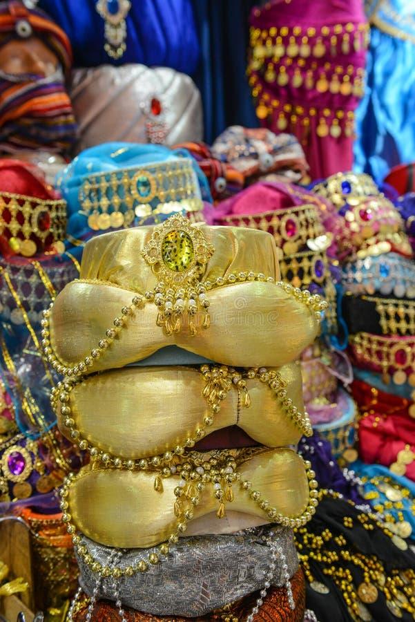 Kolorowi fezów kapelusze, kapcie i obrazy stock