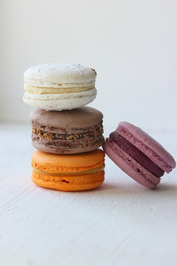 Kolorowi francuza lub w?oszczyzny macaroon sterty torty/Macaroon zasychaj? Asortowani macaroon torty broguj?cy na g?rze each inny obrazy royalty free