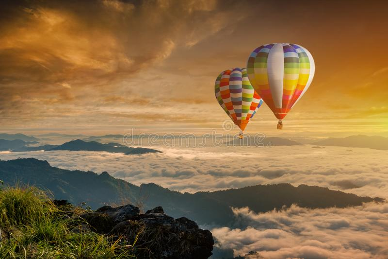 Kolorowi gorące powietrze balony lata nad górą przy Phucheefa, Chiangrai prowincja, północ Tajlandia fotografia royalty free