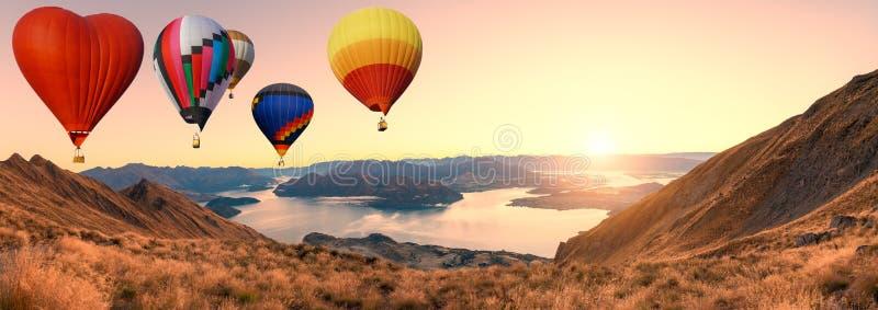 Kolorowi gorące powietrze balony lata nad wysoka góra przy wschód słońca z pięknym nieba tłem w roys szczytu śladzie, Nowa Zeland obraz royalty free