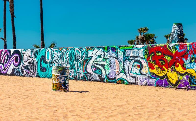 Kolorowi graffiti na baryłce przy Wenecja i ścianie Wyrzucać na brzeg zdjęcia stock