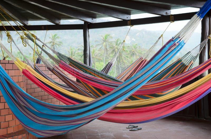 Kolorowi hamaki wiesza pod dachem w tropikalnym raju zdjęcia royalty free