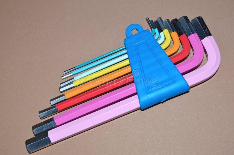 Kolorowi Hex klucze na stole zdjęcia stock
