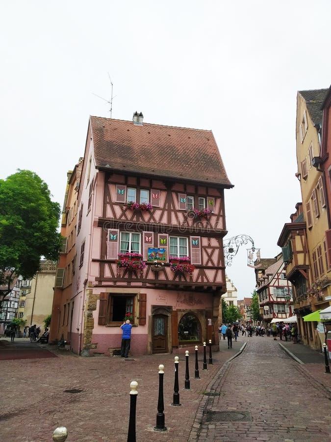 Kolorowi i dekorujący domy na ulicach Colmar obrazy stock