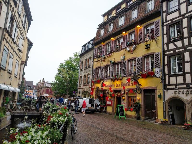 Kolorowi i dekorujący domy w ulicach Colmar zdjęcia stock