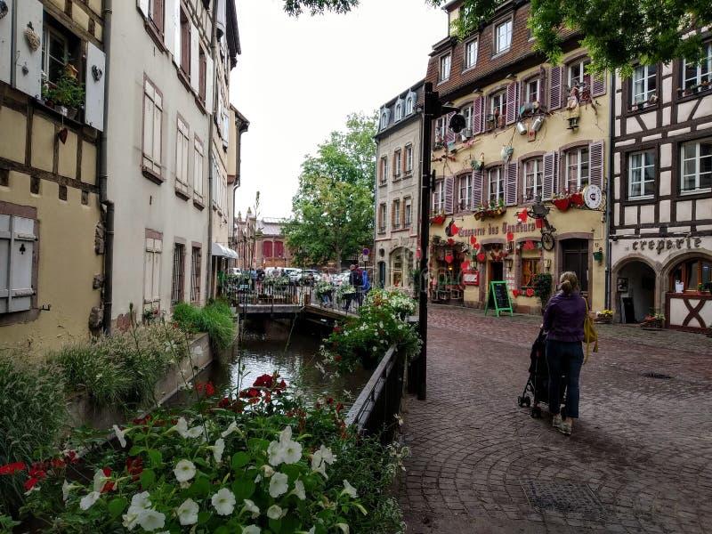 Kolorowi i dekorujący domy w ulicach Colmar fotografia royalty free
