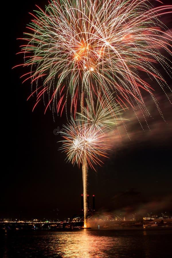 Kolorowi Jaskrawi fajerwerki z odbiciem Pęka nad opatrznością, RI zdjęcia stock
