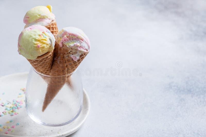 Kolorowi jednorożec lody rożki zdjęcie royalty free