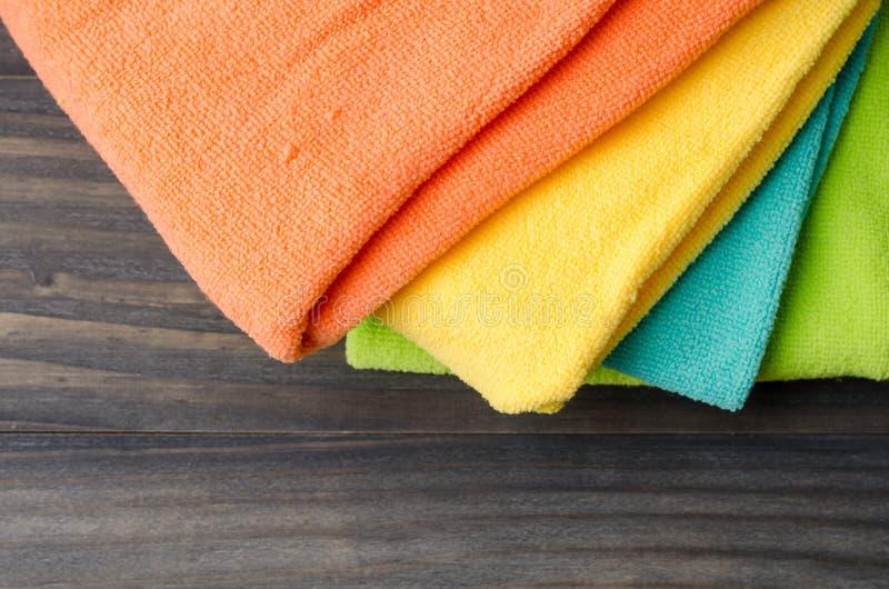 Kolorowi kąpielowi ręczniki na drewnianym tła zbliżeniu zdjęcie stock