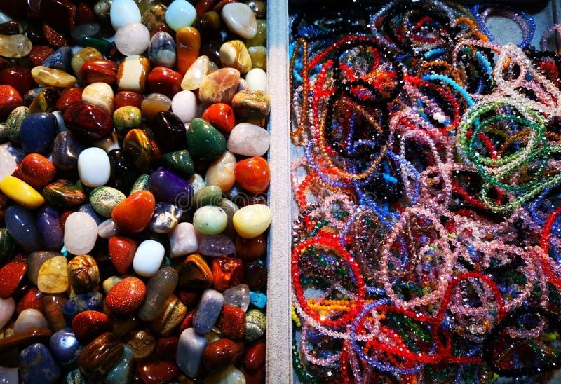 Kolorowi kamienie staczający się wyjątkowo i bransoletki obraz royalty free