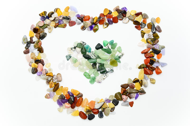 Kolorowi kamienie w kierowym kształcie odizolowywającym zdjęcie stock